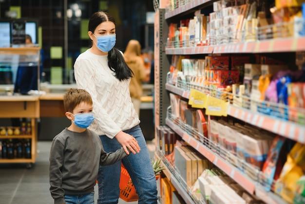 Mãe e filho estão fazendo compras no supermercado