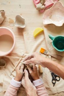 Mãe e filho fazendo arte