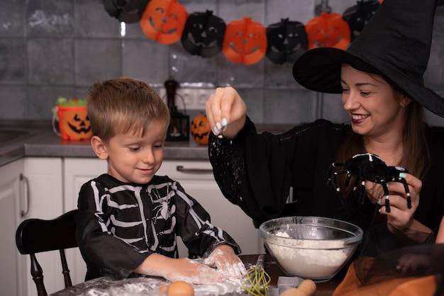 Mãe e filho fazendo biscoitos de halloween