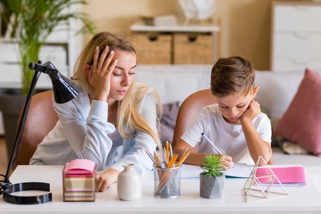 Mãe e filho fazendo lição de casa