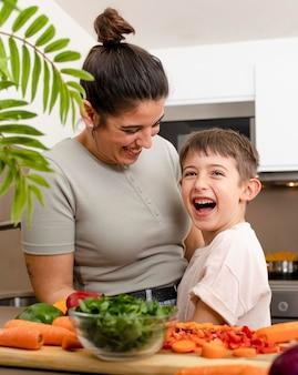 Mãe e filho felizes na cozinha, tiro médio