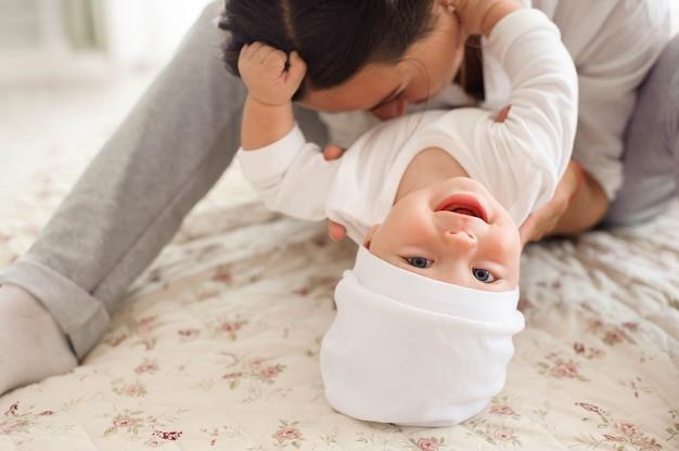 Mãe e filho filho jogando