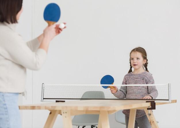 Mãe e filho jogando pingue-pongue