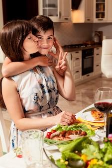 Mãe e filho junto na mesa de jantar
