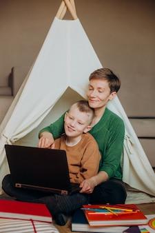 Mãe e filho laptop navegando na internet, lazer, entretenimento, sala, criança, cabana