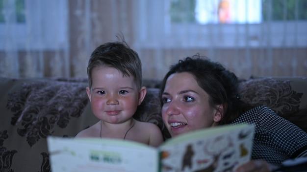 Mãe e filho leem um conto de fadas juntos