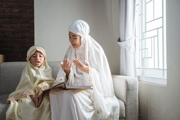 Mãe e filho lendo alcorão
