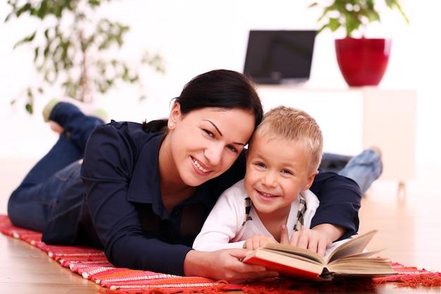 Mãe e filho lendo juntos
