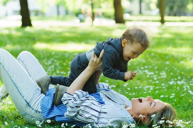 Mãe e filho lindo em um campo de camomila