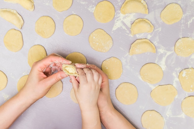 Mãe e filho mão fazem ravioli