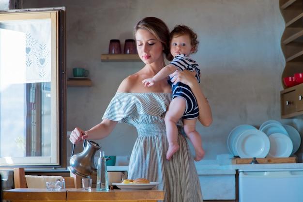 Mãe e filho na cozinha preparando um café da manhã