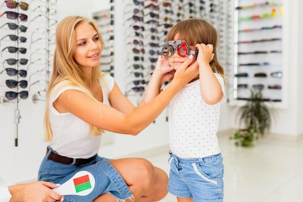 Mãe e filho no exame oftalmológico