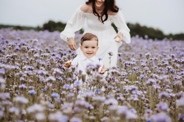 Mãe e filho no fundo de um campo roxo florescendo