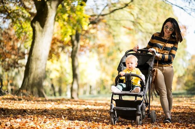 Mãe e filho no parque de outono