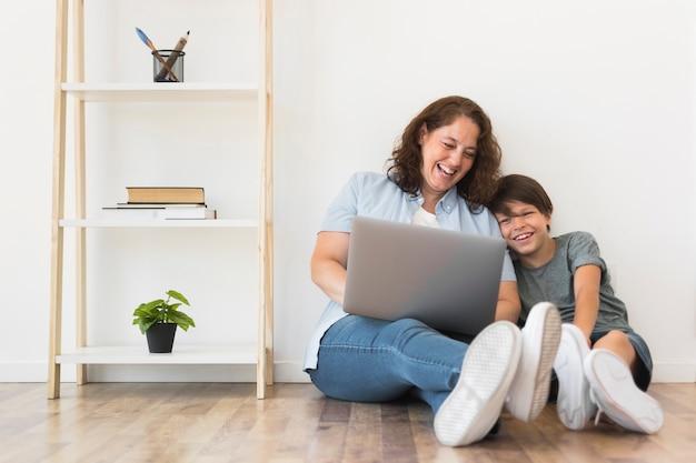 Mãe e filho olhando no laptop