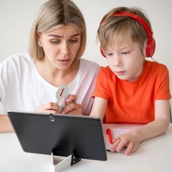 Mãe e filho olhando para um tablet