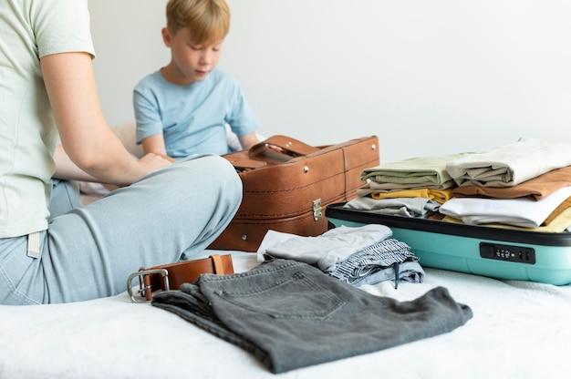 Mãe e filho preparando uma mala para as férias