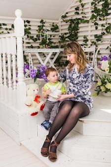 Mãe e filho, se abraçando com ternura e carinho. conceito do dia das mães, felicidade e filhos.