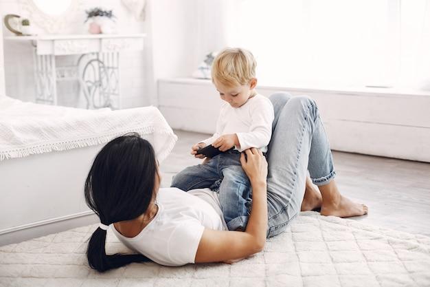Mãe e filho se divertem em casa