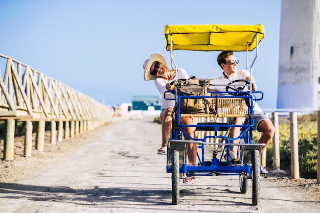 Mãe e filho se divertem juntos desfrutando de uma bicicleta surrey em atividades de lazer ao ar livre ou nas férias de verão