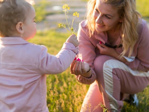 Mãe e filho segurando uma flor