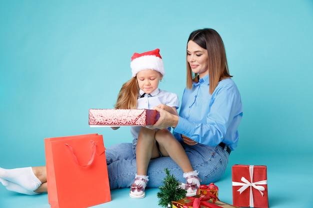 Mãe e filho sentados com presentes