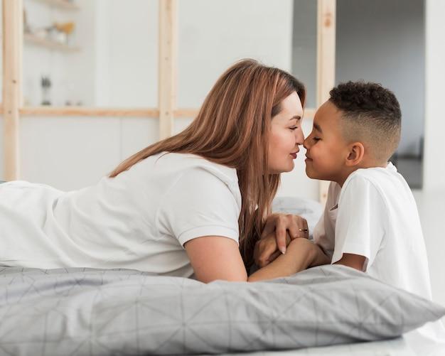 Mãe e filho, tendo um momento especial juntos em casa