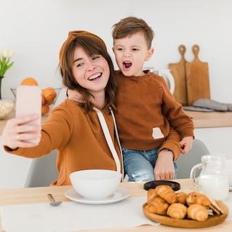 Mãe e filho tirando selfies