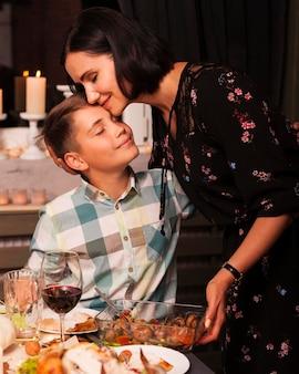 Mãe e filho tiro médio na mesa de jantar