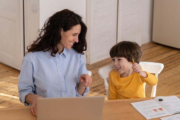 Mãe e filho trabalham e estudam juntos em casa