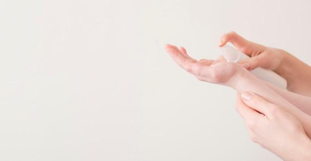 Mãe e filho usando desinfetante para as mãos