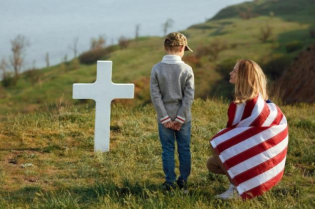 Mãe e filho visitaram o túmulo do pai no dia memorial 27 de maio