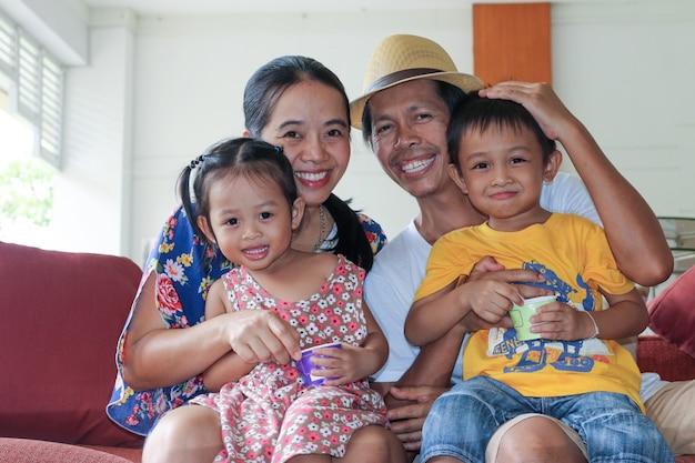 Mãe e filhos durante uma viagem de férias em família no saguão do hotel.