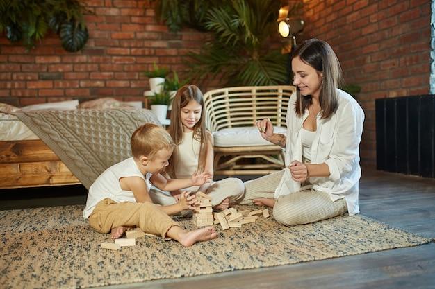 Mãe e filhos jogam em casa