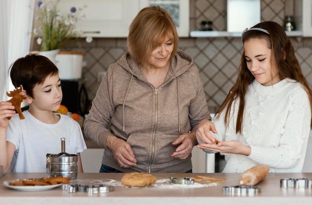 Mãe e filhos na cozinha
