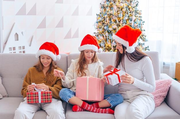 Mãe e filhos no feriado de natal com presentes