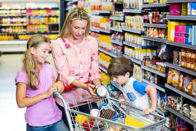 Mãe e filhos no supermercado juntos