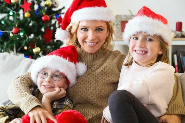 Mãe e filhos sorrindo