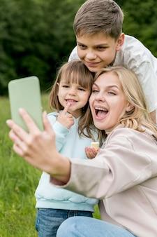Mãe e filhos tomando uma selfie