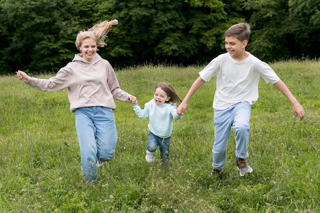 Mãe e irmãos correndo