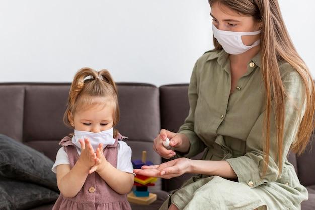 Mãe e menina com máscaras