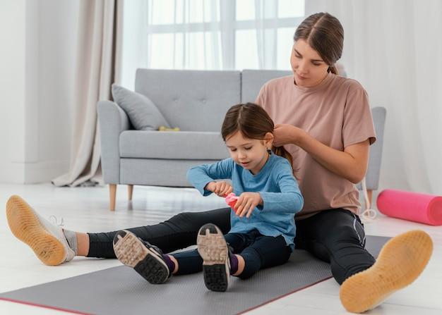 Mãe e menina sentadas no tapete