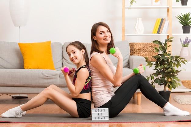 Mãe e menina treinando