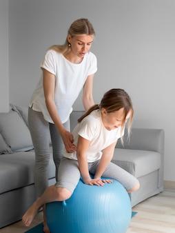 Mãe e menina treino com bola