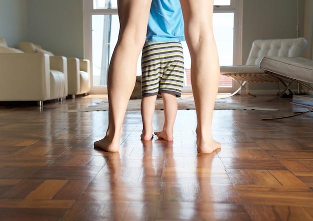 Mãe e os pés do menino