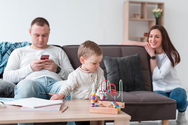 Mãe e pai com bebê em casa