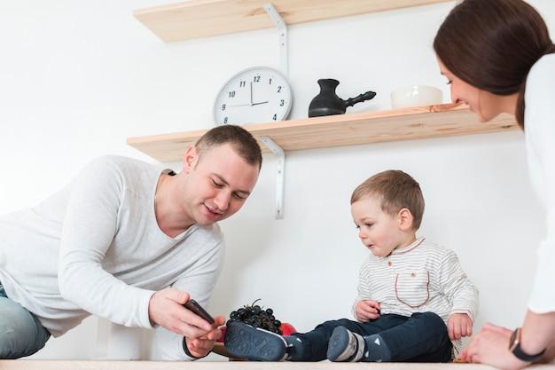 Mãe e pai com criança na cozinha