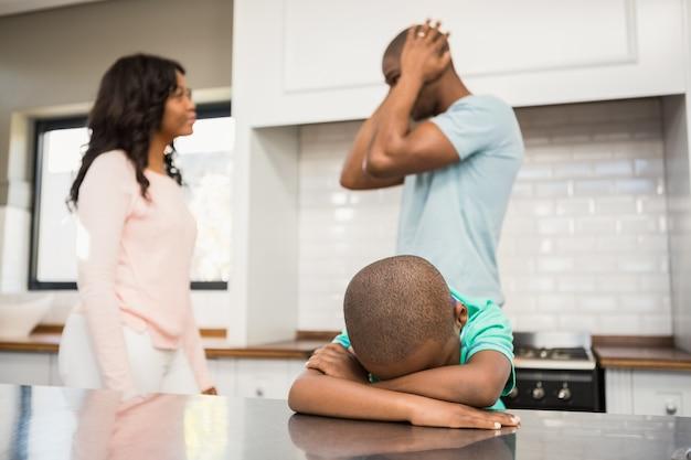 Mãe e pai discutindo na cozinha
