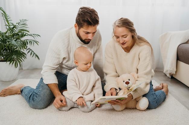 Mãe e pai em casa com seu bebê