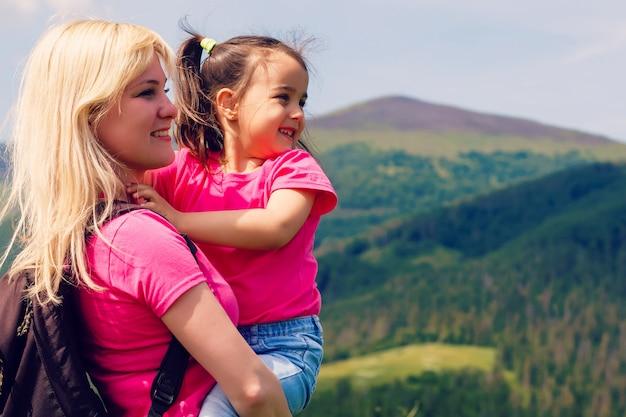Mãe, e, pequeno, daugther, hiking, em, montanhas